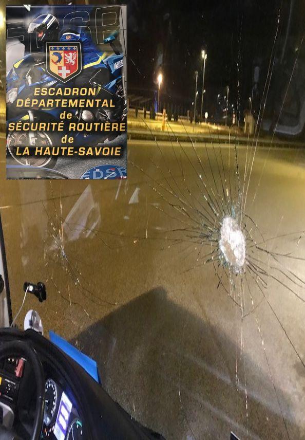 La vitre d'un autocar touché par l'un des jets de pierre.