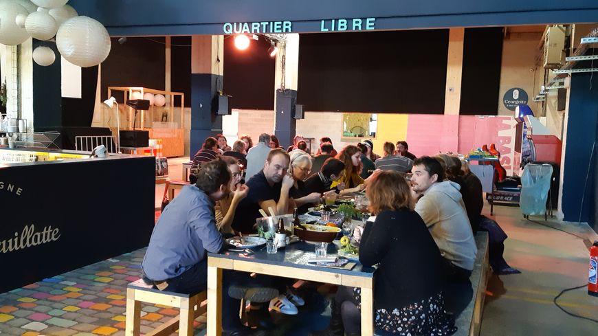 Une trentaine de personnes se sont installées chaque midi autour de grandes tables pour favoriser les échanges et la convivialité