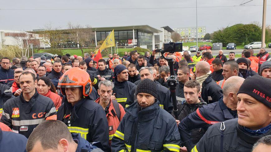 Les pompiers rassemblés devant le conseil départemental de Charente-Maritime