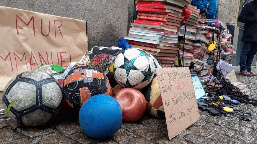 Les enseignants ont monté un mur de livres pour protester contre les réformes qui se succèdent à l'Education nationale