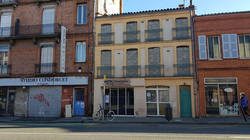 La plupart des habitants sont partis, les fenêtres sont murées pour empêcher les squatteurs de s'installer.