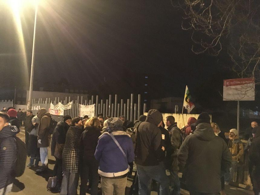 Les manifestants rassemblés ce mardi matin devant le lycée Kastler de Talence