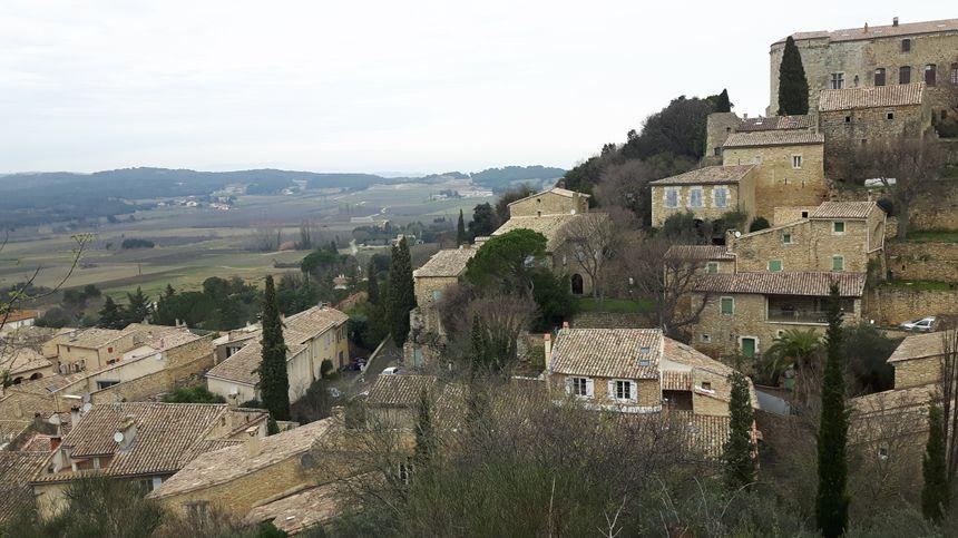 sur les hauteurs de Vénéjan , le village s'étale sur les flancs de colline
