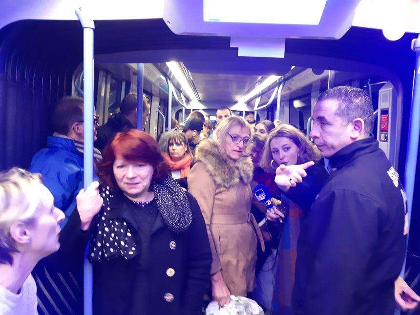 Vers 7h30, le tramway était plein, et les usagers se sont pressés pour écouter la matinale de France Bleu Orléans (jeudi 30 janvier)