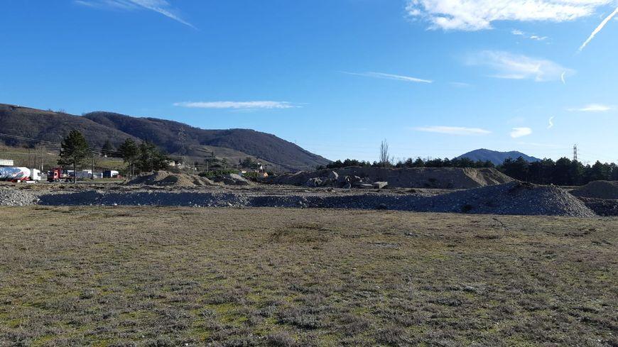 La butte de terre entre les deux terrains où se construit le parc photovoltaïque