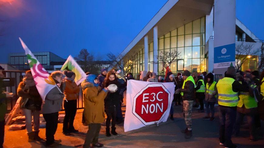 Ce lundi matin, une centaine de personnes dont une majorité de professeurs et d'élèves ont perturbé les premières épreuves communes du contrôle continu au lycée Charles Baudelaire d'Annecy.