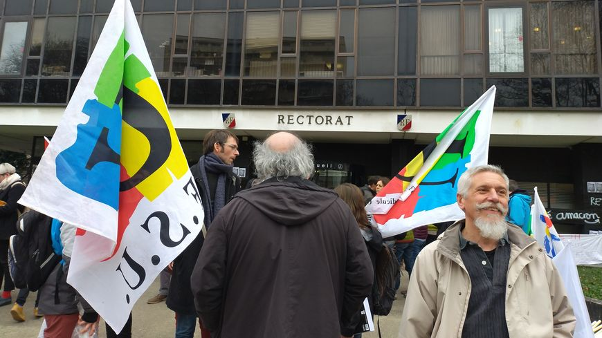 Des casseroles et des drapeaux sur le parvis du rectorat à Grenoble
