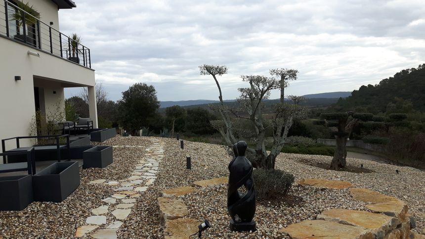 """Le devant de """"La Villa Darly """" et ses oliviers plats"""