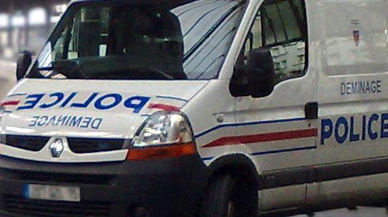Véhicule du Laboratoire central de la préfecture de police de Paris, à l'arrêt.