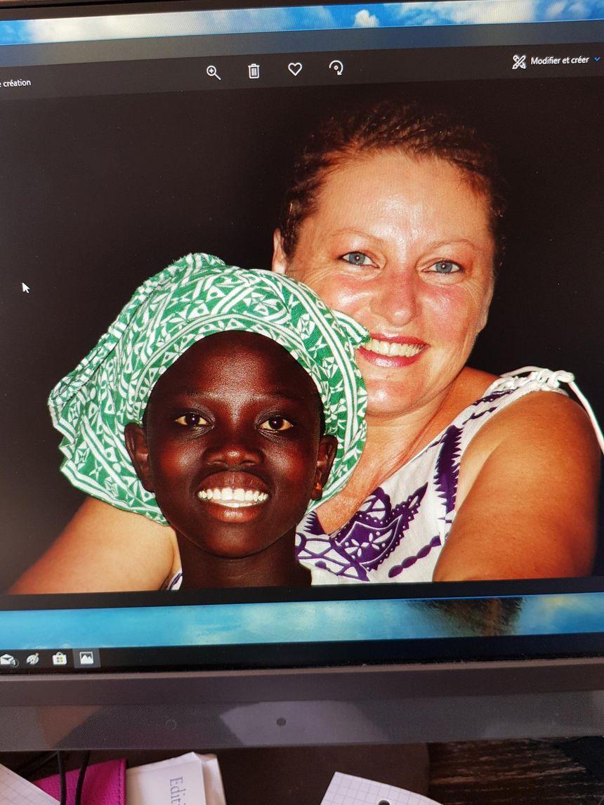 Monique avec Aïda, lors de l'un de ses nombreux voyages en Afrique.