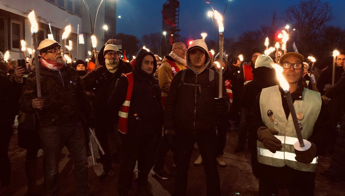 Réforme des retraites : environ 300 personnes à Metz pour un défilé nocturne aux flambeaux