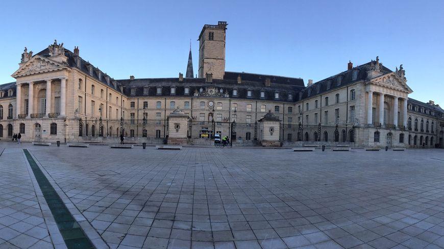 La place de la libération à Dijon et la mairie.