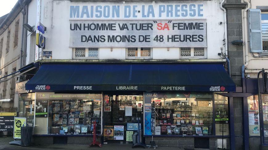 La banderole dénonçant les féminicides surplombe la maison de la presse de Châteaulin depuis dimanche