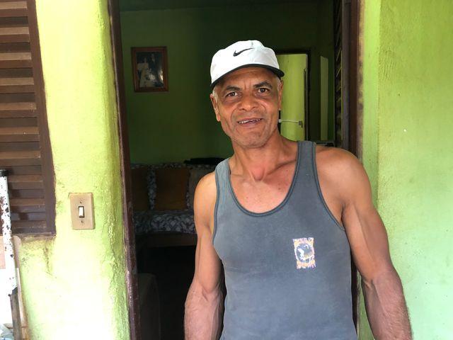 Atamayu Ferreira, travaille à la mine Vale depuis 25 ans et habite Corrego do Feijão, le village le plus proche du barrage qui a cédé, emportant plus de 12 de ses proches. Il compose des chansons à leur mémoire sous le nom de scène de Pedro Enrique
