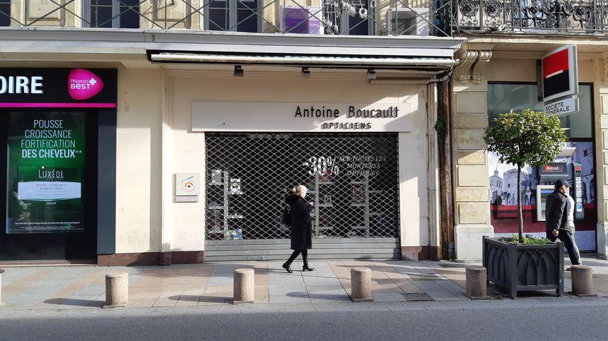 Le Parti Populaire Français s'était installé dans la boutique d'un coiffeur déporté, aujourd'hui magasin d'optique rue de la République à Avignon