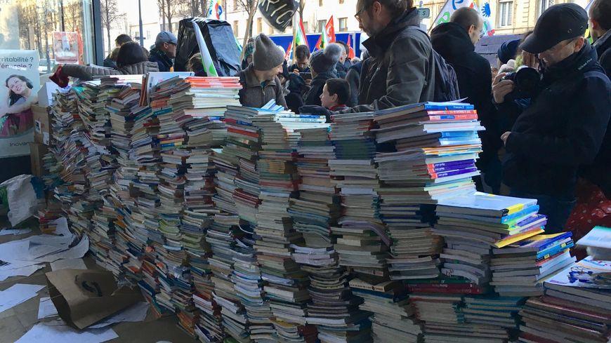 Des centaines d'anciens manuels scolaires ont été déposés devant l'inspection académique