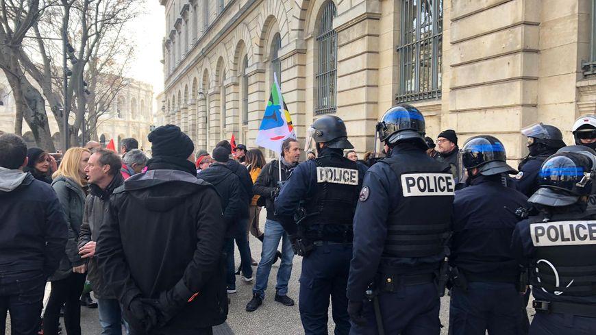 La police est intervenue devant le Lycée Daudet à Nîmes pour disperser les manifestants