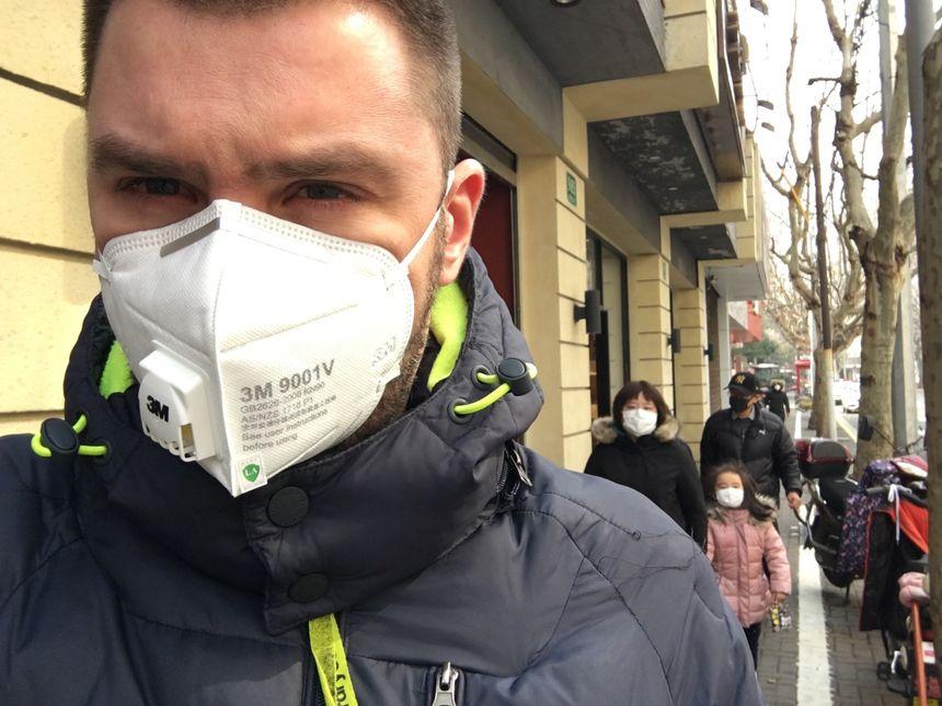 Beaucoup d'habitants de Shanghai portent un masque.