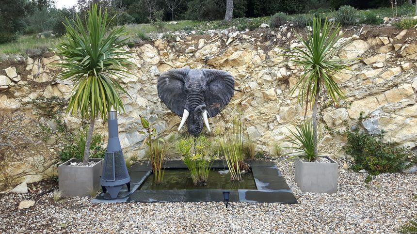 """fontaine originale sur la terrasse endroit de détente au cœur de la verdure autour de """"La Villa Darly """""""