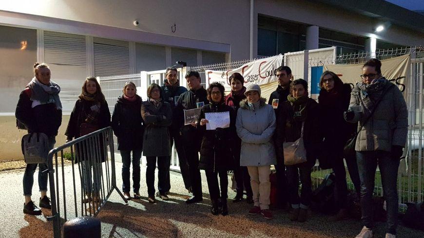 Une quinzaine d'opposants à la réforme du bac, dont de nombreux enseignants, devant le lycée Laurens de Saint-Vallier