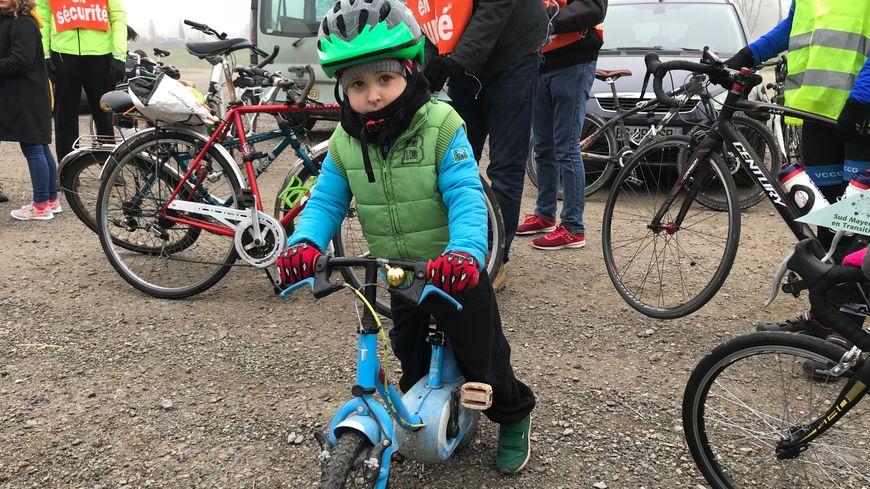 """Il y avait une centaine de cyclistes pour cette """"vélorution"""" à Château-Gontier."""