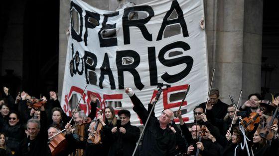 L'orchestre de l'Opéra de Paris a donné un concert sur les marches du Palais Garnier samedi 18 janvier 2020