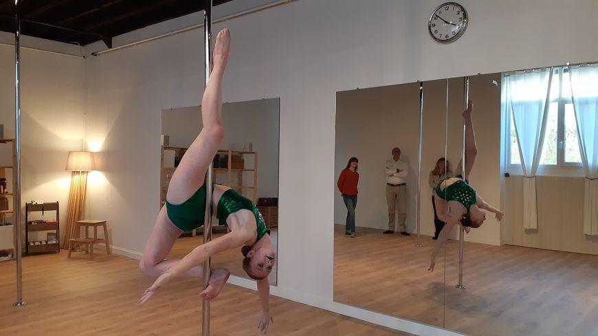 Violaine Sérié, 18 ans, habitante de Fouchères dans l'Yonne, vice-championne de France de pole dance