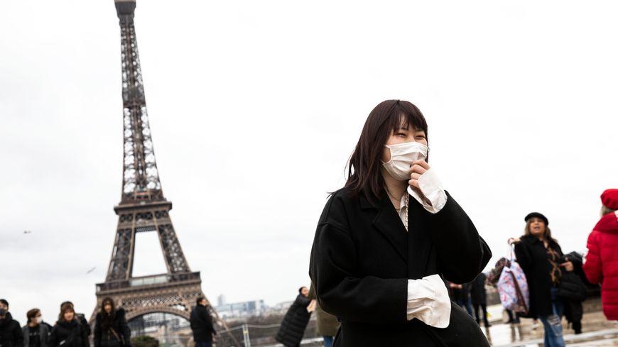 Des touristes équipés de masques à Paris  le 27 janvier 2020