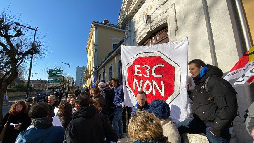Ce lundi à Annecy, les profs et les lycéens du lycée Berthollet ont bloqué l'épreuve du contrôle continu du nouveau bac.