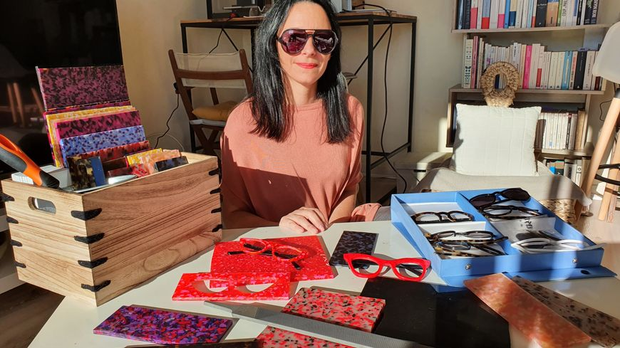 Alexandra BERTHELEMY, opticienne depuis 18 ans en magasin, a choisi de se lancer dans la fabrication de ses propres lunettes : Luna di sole