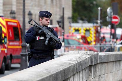 Un policier sécurise les abords de la préfecture de police de Paris, le 3 octobre 2019, après l'attaque au couteau qui a coûté la vie à quatre personnes.