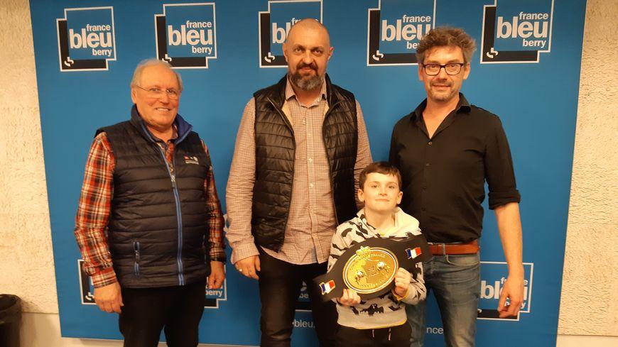 """Guy Meunier et Gilles Boizeau (et son fils Simon) entourent Sébastien Piteau, la papa et coach de Victoire Piteau sacrée championne de France """"super-plumes"""" ce samedi à Orléans"""