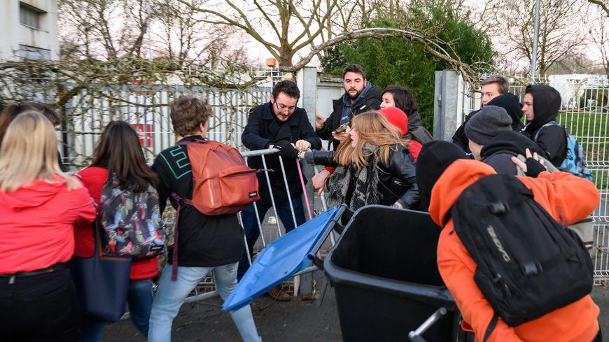 Une tentative de blocage dans un lycée de La Rochelle, le 20 janvier.