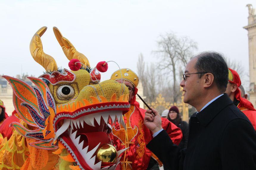 Le consul de la Chine à Strasbourg a, comme le veut la tradition, éveillé le dragon en peignant son oeil