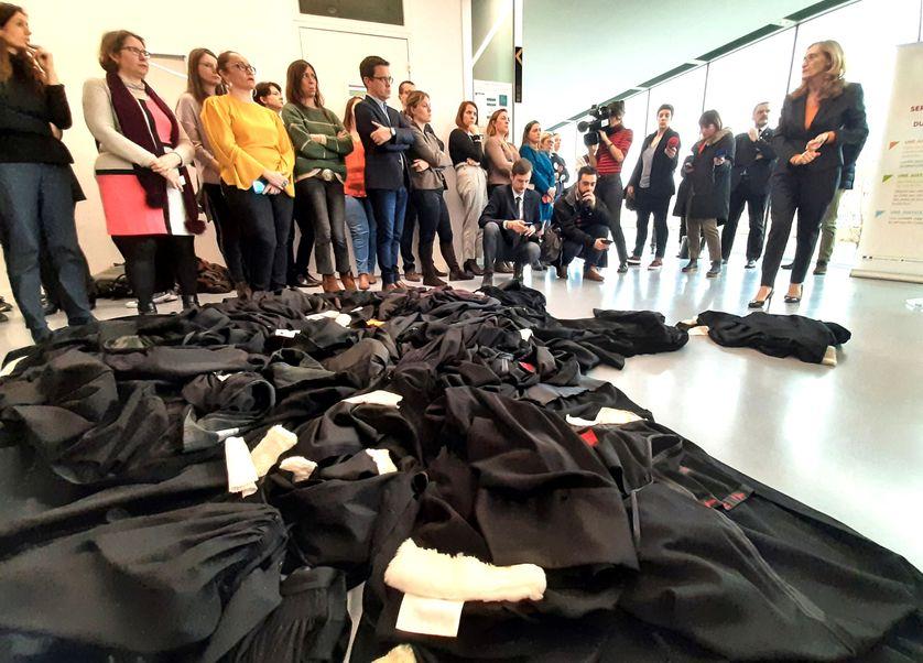 Ces derniers jours, les avocats, comme d'autres métiers, ont multiplié le retrait de leurs vêtements de travail. Des robes jetées au sol contre la réforme des retraites. Ici aux pieds de la ministre de la Justice le 8 janvier à Caen.