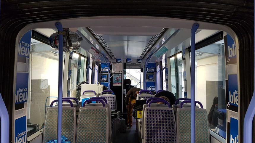 """L'intérieur de la rame du tramway, """"habillée"""" aux couleurs de France Bleu Orléans"""