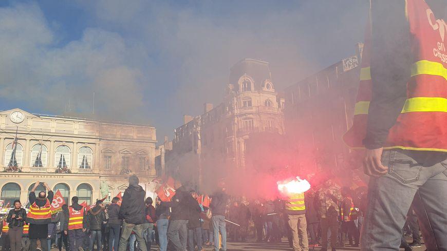 La manifestation s'est ensuite terminée devant l'hôtel de ville.