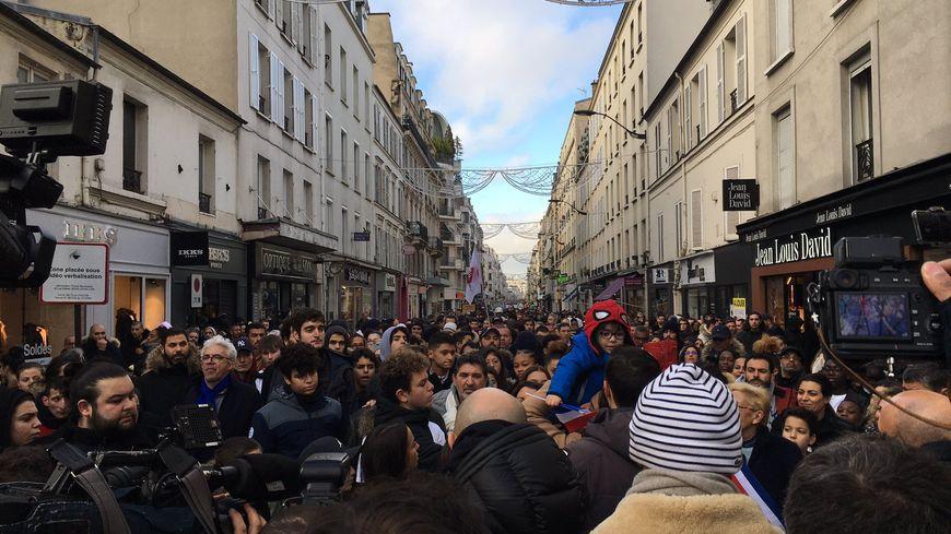 En tête du cortège et devant de nombreux journalistes, la famille de Cédric Chouviat a ouvert la marche, dimanche à Levallois-Perret.