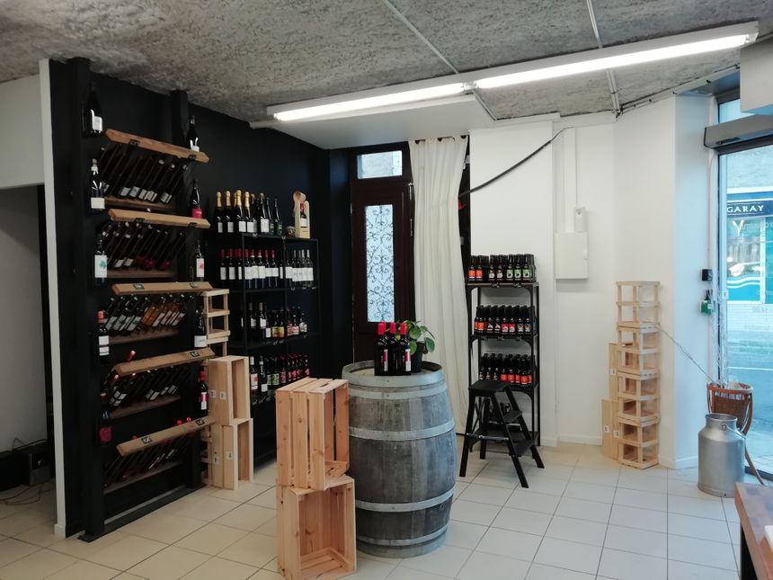Le coin boutique à Xirikota, avec des vins, cidres, poiré, bières, à accorder avec les fromages