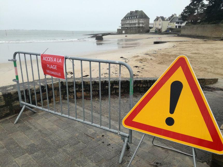 Les barrières devraient rester en place aux entrées de la plage jusqu'à samedi.