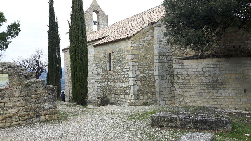 la chapelle romane du XIème siècle avec son cimetière juste à l'entrée