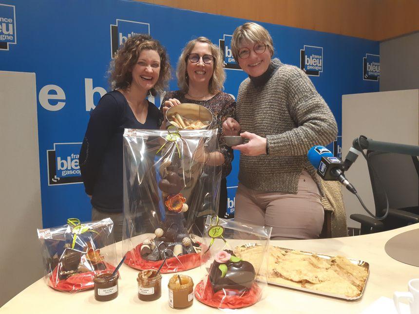 de Gauche à droite: Pauline et Carole nos auditrices du jour et Delphine Carrère d'Oh Mon Gâteau à Hagetmau Maître Artisan Pâtissier Chocolatier