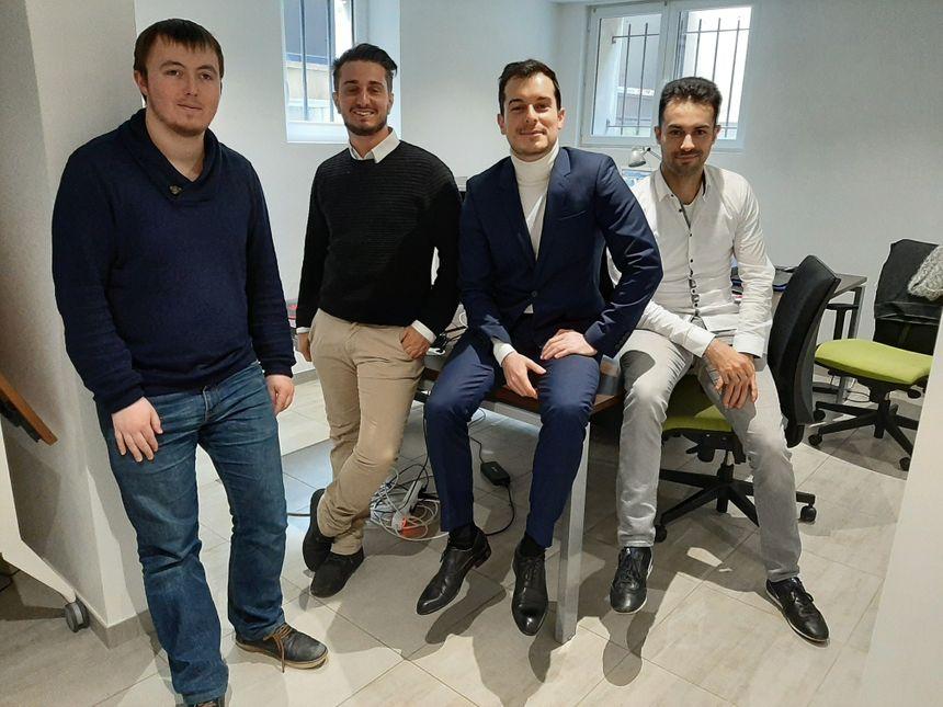 Au centre, Anthony Tabuyo et son équipe. A gauche : Jovien Chappex et Benoit Datcharry, les développeurs. A droite, Romain Tabuyo, l'office manager.