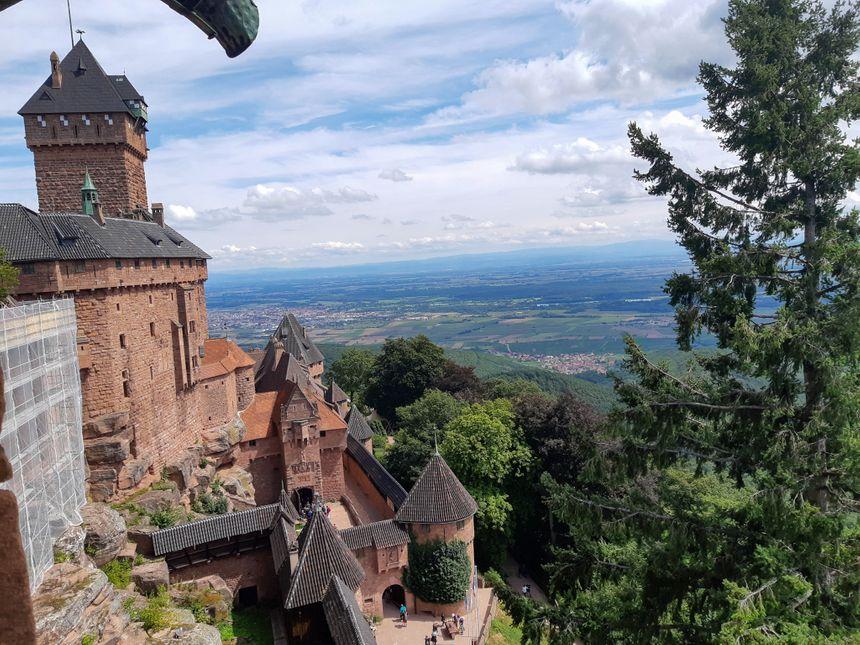 Le Château du Haut Koenigsbourg offre une vue imprenable sur la plaine d'Alsace et la Forêt-Noire