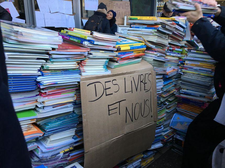Le mur de livres devant la DSDEN à Saint-Étienne
