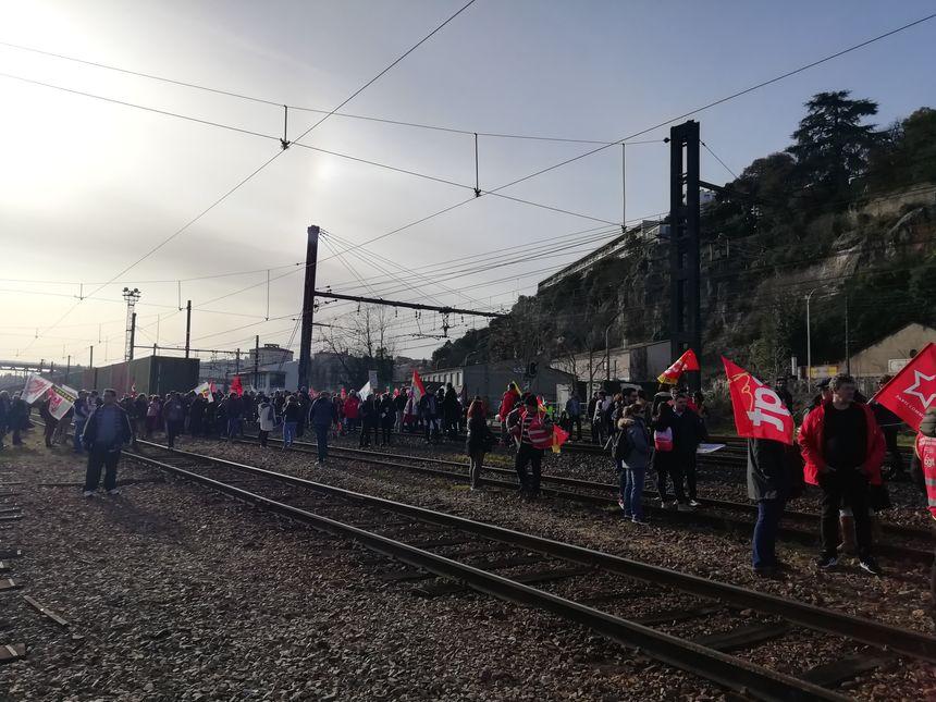Une centaine de manifestants s'est détachée du cortège pour aller occuper les voies ferrées.