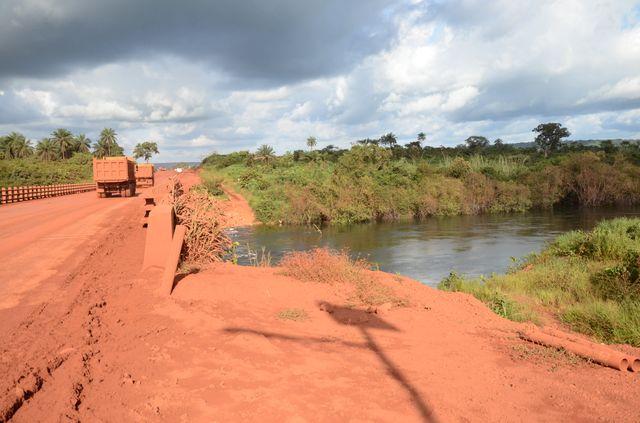 Barrage créé par une compagnie minière pour alimenter des camions citernes. Ces derniers arrosent les routes minières pour limiter les envolées de poussières liées au trafic de leurs camions, mais le barrage affecte le débit des cours d'eau en aval.