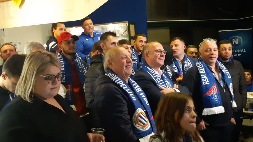 photo :  Le président de l'ASMB Jean-Paul Simon (à droite écharpe bleue autour du cou) a vécu le tirage dans les salons du stade Serzian entourés de ses joueurs et bénévoles