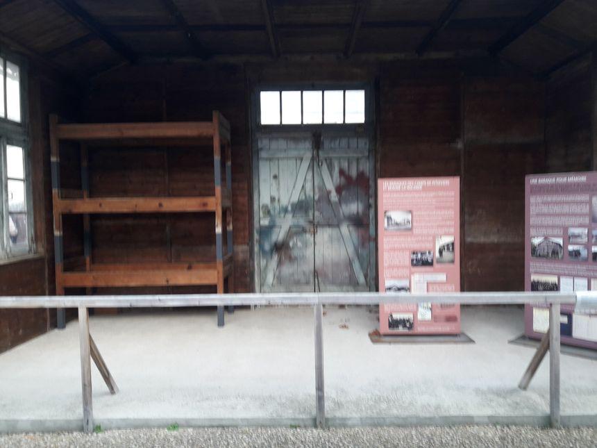 Un barraquement reconstitué du camp de Beaune-la-Rolande, visible au Cercil