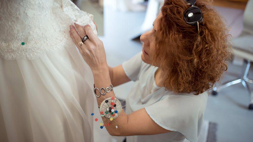 Sandrine Cibrario dans les dentelles d'une robe de mariée.